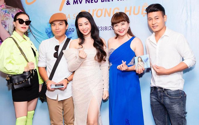 Mạnh Quỳnh tiết lộ vì yêu mến giọng hát của Dương Huệ, anh đã tặng một ca khúc Tình chết trong mưa cho nữ ca sĩ để động viên cô vững tin theo đuổi đam mê nghệ thuật.