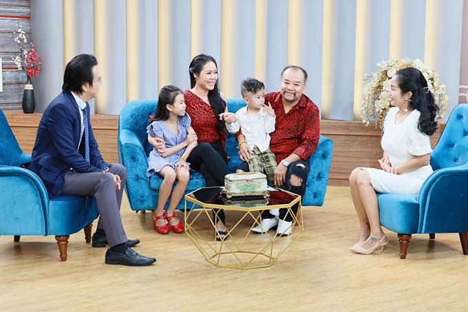 Gia đình Tam Thanh - Ngọc Phú tham gia chương trình Mảnh Ghép Hoàn Hảo phát sóng lúc 21h35Chủ nhật ngày 25/8/2019 trên VTV9 cùng Tiến sĩ tâm lý Đào Lê Hòa An (ngoài cùng bên trái) và MC Ốc Thanh Vân.