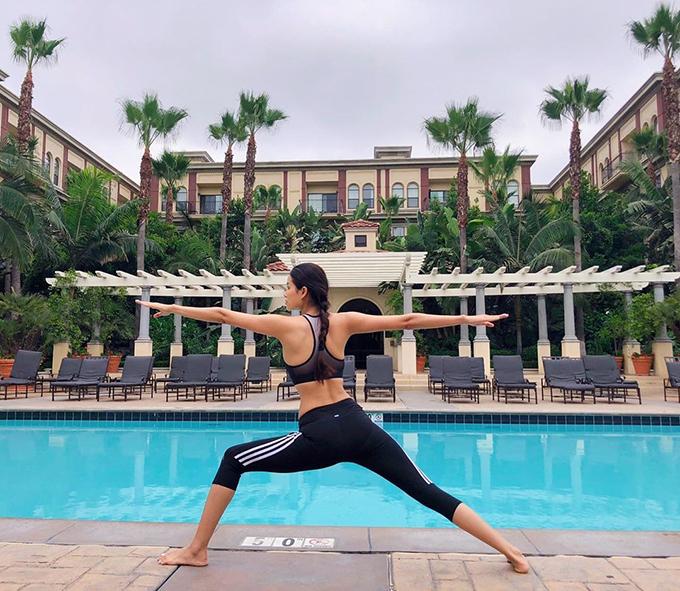 Phạm Hương chăm chỉ tập yoga giữ dáng.