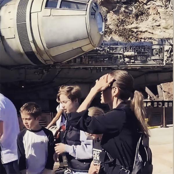 3 người con ruột của Jolie là Shiloh, Knox và Vivienne đã có một ngày vui chơi trong Disneyland ở California.