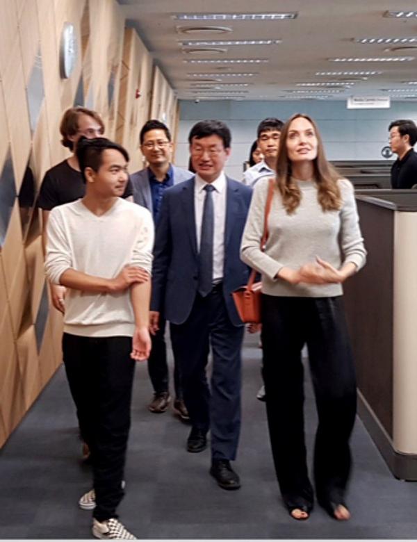 Angelina Jolie bên con trai cả Maddox tại Đại học Yonsei vào ngày 21/8. Cậu con trai nuôi 18 tuổi người Campuchia chính thức rời xa gia đình, bước vào cuộc sống sinh viên tự lập. Maddox sẽ theo học ngành Kỹ thuật sinh học và sống tại ký túc xá của trường.