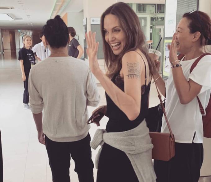 Angelina Jolie rất tự hào khi con vào đại học. Cô cũng bùi ngùi xúc động khi xa con, để Maddox lại một mình ở nơi đất khách quê người. Nữ diễn viên thú nhận cô đã cố nén nước mắt trong ngày con trai nhập học và cô phải trở về Mỹ.