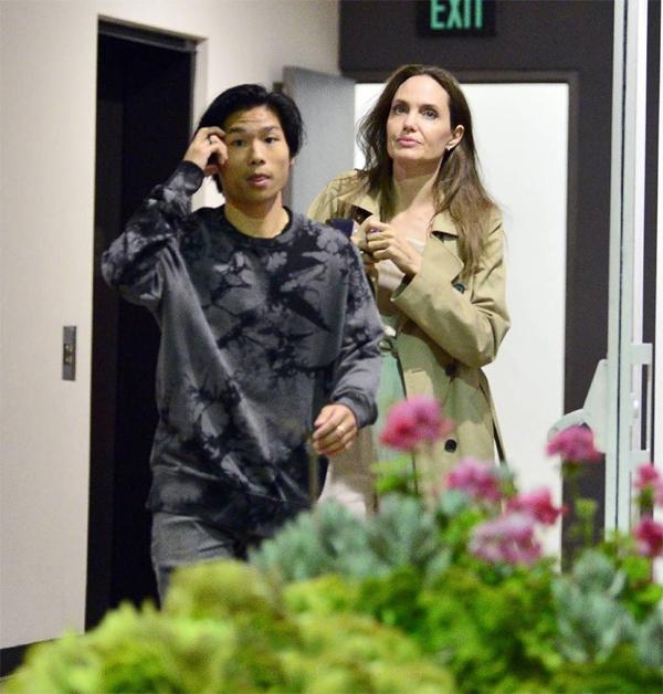 Là một bà mẹ tâm lý, Angelina Jolie thường dành thời gian riêng tư bên từng người con và chiều theo sở thích riêng của từng nhóc.