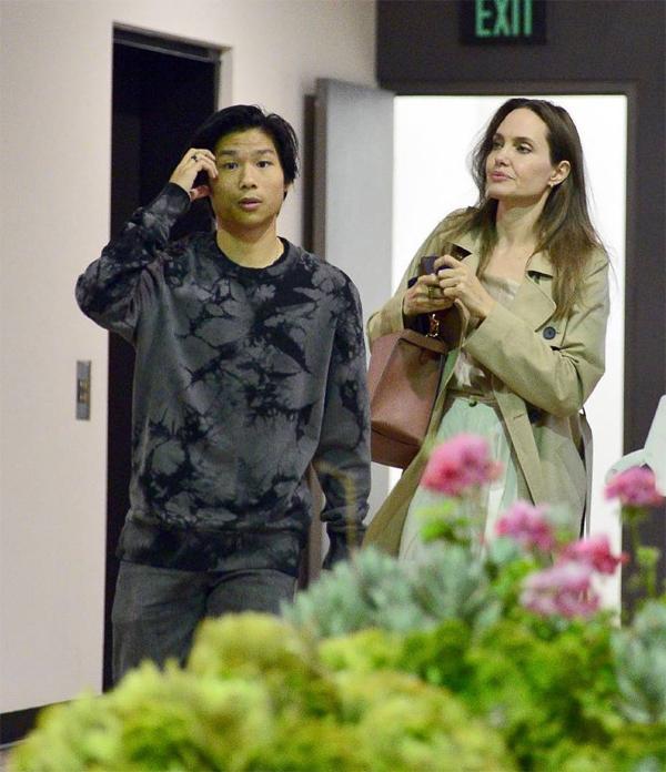 Minh tinh 44 tuổi đưa con trai thứ Pax Thiên đi ăn tối tại một nhà hàng Nhật Bản ở Los Angeles. Pax, 15 tuổi, rất yêu thích món sushi và các đồ ăn châu Á.
