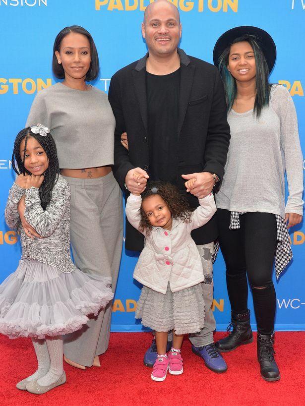 Mel B bên Stephen Belafonte năm 2015 cùng 3 người con: bé Madison (đứng giữa là con chung); Angel (trái) và Phoenix (phải) là con riêng của Mel từ các cuộc tình trước.
