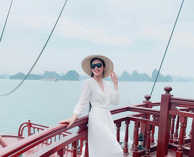 Hoa hậu Ngọc Hân check in khu du lịch tại vịnh Hạ Long.