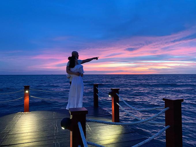 Ca sĩ Phan Đình Tùng tình tứ bên bà xã khi du lịch Phú Quốc.