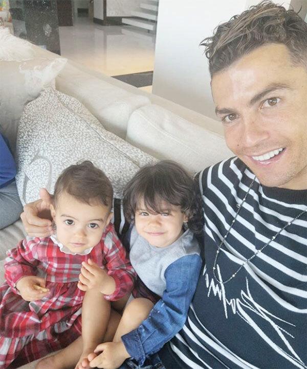 C. Ronaldo bên hai cô con gái chỉ hơn nhau 6 tháng tuổi.