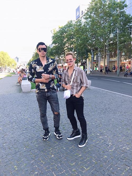 MC Tuấn Tú và Quang Anh tạo dáng ngầu trên đường phố Berlin, Đức. Gần đây cả hai nhậnđược nhiều chú ý khi là bố con (vai Quốc và Bảo)trong phim Về nhà đi con.