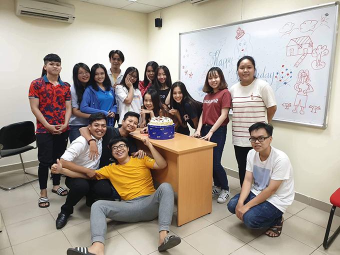 Tiểu Vy được bạn bè tổ chức sinh nhật tại lớp học.