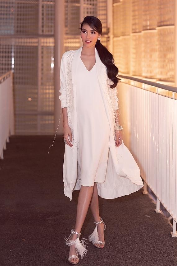 Lan Khuê chọn trang phục của nhà thiết kế Hà Thanh Huy, phụ giày cao gót và phụ kiện ngọc trai đồng điệu.