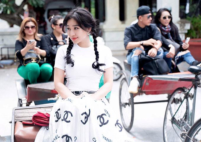 Hot girl Ivy - vợ cũ của ca sĩ Hồ Quang Hiếu - khoe vẻ trẻ trung, giản dị với kiểu tóc tết hai bím. Cô thích thú trong lần đầu được ngồi xe lôi, ngắm cảnh phố xá ở An Giang.
