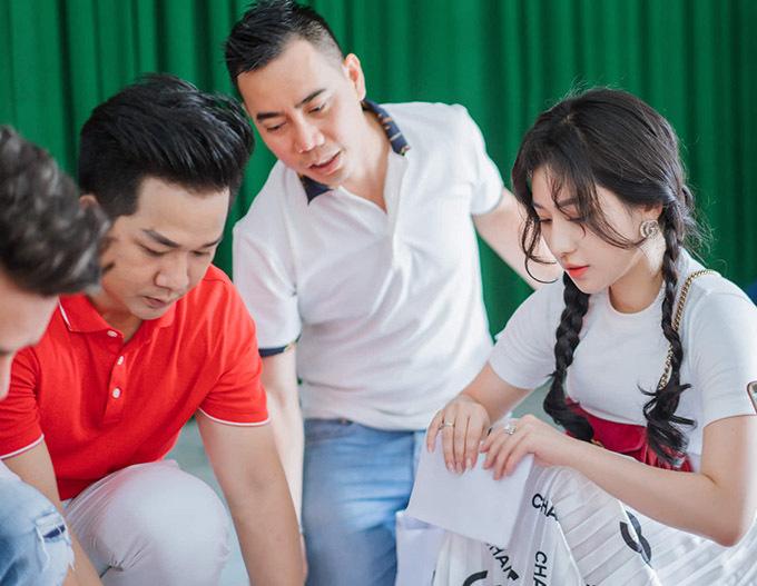 Quách Tuấn Du, Ivy cùng bạn bè trong đoàn từ thiện tự tay chuẩn bị các phần quà gồm nhu yếu phẩm và tiền mặt tặng bệnh nhân nghèo.