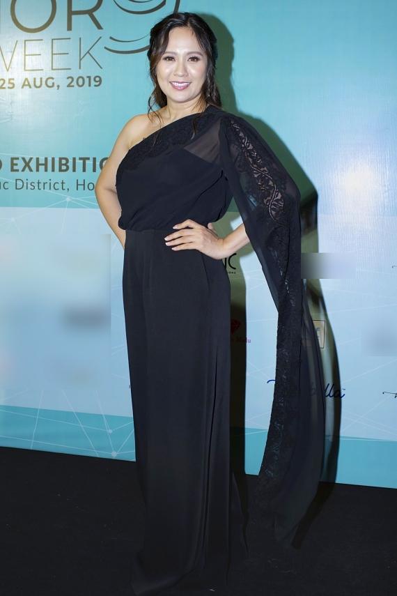Diễn viên Thanh Thuý diện váy dạ hội thướt tha để ủng hộ chương trình thời trang dành cho thiếu nhi.