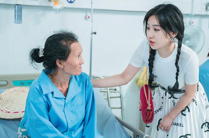 Ivy ân cần hòi han sức khoẻ một phụ nữ nghèo đang điều trị ở bệnh viện Tân Châu, An Giang. Cô vui vì có cơ hội giúp đỡ những hoàn cảnh kém may mắn hơn mình.