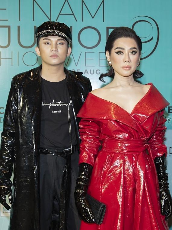 Ca sĩ Lâm Khánh Chi (phải) chọn phong cách cá tính, đi xem thời trang cùng một người bạn.