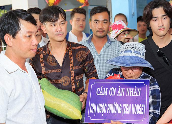 Một số mạnh thường quân ở Mỹ gửi tiền về nhờ Vân Quang Long, Quách Tuấn Du trao cho những người có hoàn cảnh khó khăn tại An Giang.