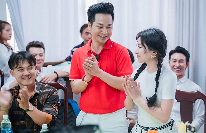Lần đầu đi từ thiện cùng các đàn anh, Ivy được chào đón nồng nhiệt. Cô tiết lộ đang học thanh nhạc và vũ đạo để chuẩn bị ra mắt vai trò ca sĩ.