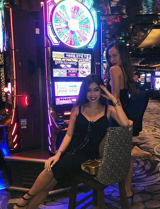 Cô nàng còn tò mòghé thăm một sòng bạc tại Las Vegas, Mỹ. Tuy nhiên, Thảo Tiên thú nhân, cô thậm chí còn không biết cách sử dụng những chiếc máy đánh bạc này mà chỉ đơn giản vào đây để... chụp ảnh.