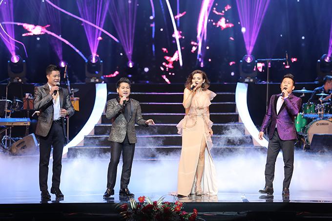 Ngọc Anh và 3 ca sĩ khách mời khép lại chương trình bằng ca khúc Điều giản dị của nhạc sĩ Phú Quang.Sau đêm đầu tiên, liveshowsẽ tiếp tục diễn ra đêm thứ hai vào ngày 25/8 tại Cung Văn hóa Hữu nghị Hà Nội.