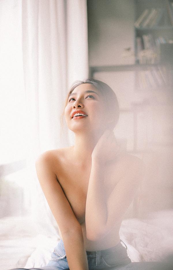 Minh Khuê sinh năm 1985 tại Hà Nội và bắt đầu vào Sài Gòn lập nghiệp từ khi nhận vaiHương, thành viên hội G7 nhiều chuyện, trong phimCô gái xấu xí.