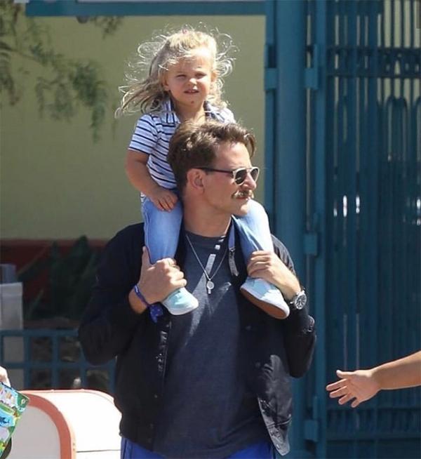 Sau khi đi chợ, Bradley kiệu con tới công viên Disney tại California.