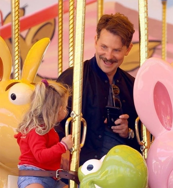 Bradley thích thú chơi vòng quay xích đu cùng con gái.