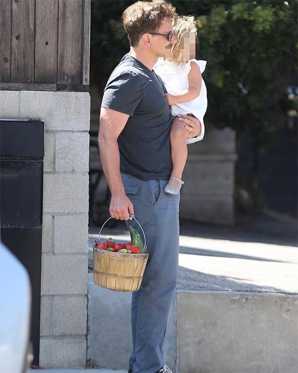 Sáng 24/8, Bradley Cooper đưa bé Lea đi chợ nông sản ở Los Angeles. Cooper rất thích khu chợ này, trước đây thường cùng bạn gái cũ - siêu mẫu Irina Shayk - mua sắm vào ngày nghỉ.
