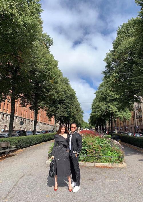 Kim Lý đăng tải hình ảnh sánh đôi bên bạn gái Hồ Ngọc Hà trên chính quê hương của mình. Trước đó nữ ca sĩ tiết lộ Kim Lý đang chờ cô ở Thuỵ Điển và hứa hẹn sẽ sớm bay qua hội ngộ cùng anh.