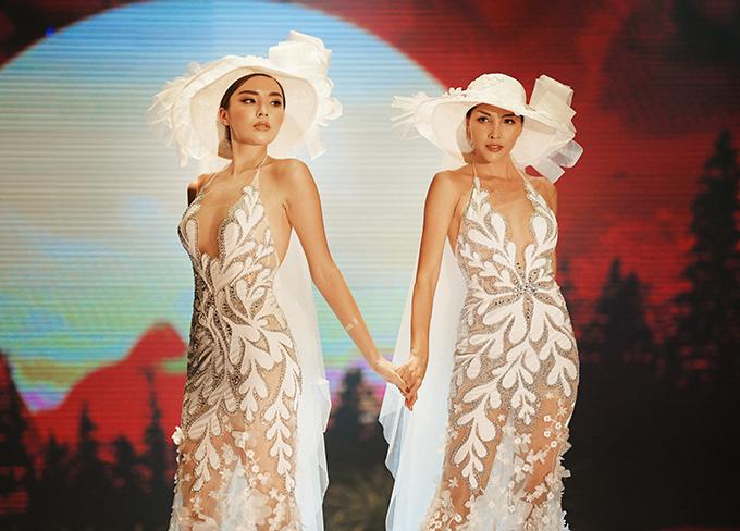 Trên sân khấu, Kỳ Duyên (trái) và Minh Triệu nắm tay tình tứ khi trình diễn hai bộ váy cưới giống hệt nhau.