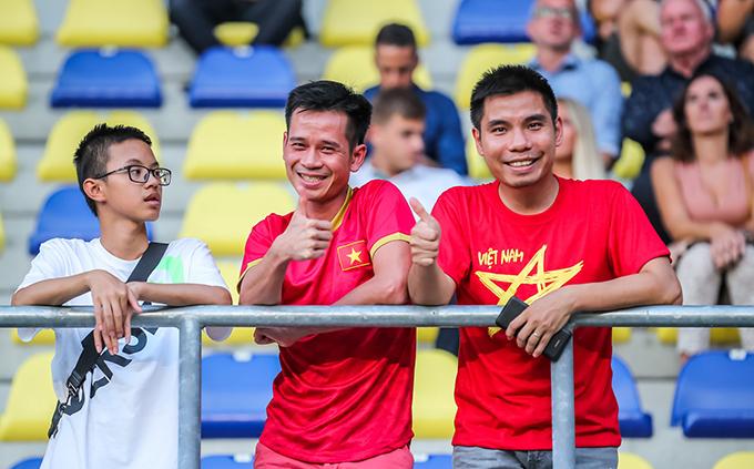 CĐV Việt Nam đến sân xem trận đấu giữa STVV và Zulte-Waregem nhưng không được chứng kiến Công Phượng thi đấu. Ảnh: STVV.