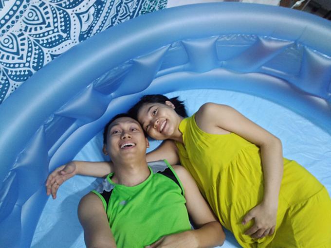 Vợ chồng Linh bơm hơi và nằm thử vào bồn trước khi sử dụng. Ảnh: Nhân vật cung cấp