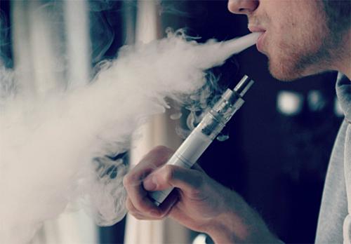 Hút thuốc lá, thuốc lá điện tử đều bị cấm trên máy bay. Ảnh: Pinterest.