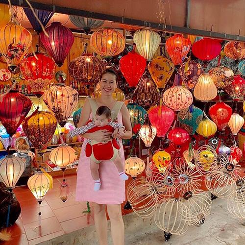 Diễn viên Thân Thúy Hà dạo chơi phố đèn lồng ở Hội An cùng con gái.