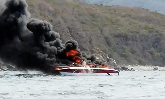 Ca nô cháy ngùn ngụt trên vịnh Nha Trang. Ảnh: An Thương.
