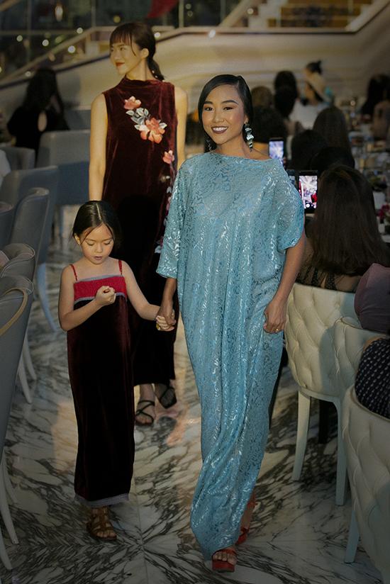 Đoan Trang cùng con gái diễn thời trang