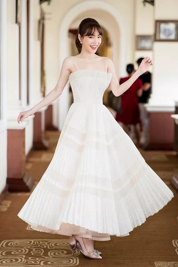 Nhã Phương hóa công chúa xinh tươi với bộ đầm xếp ly xòe rộng của NTK Chung Thanh Phong.