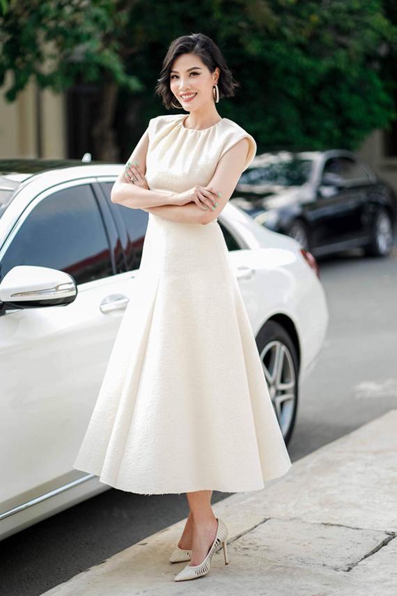 Cựu người mẫu Vũ Cẩm Nhung đơn giản mà vẫn thu hút cùng phom váy chữ A sang trọng, phù hợp độ tuổi ngoài 40.