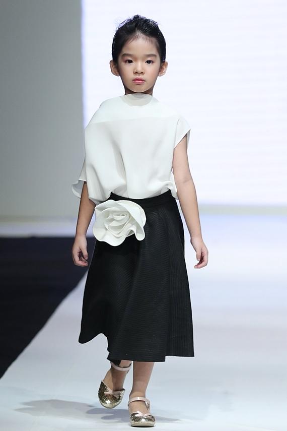 Bé Thỏ trình diễn thiết kế có gam màu trắng đen, họa tiết hoa hồng nằm trong bộ sưu tập