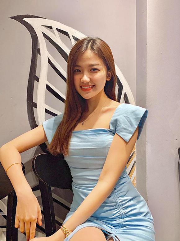 Những chiếc váy liền thân điệu đà được Lương Thanh diện thường xuyên hơn cả để tôn nét dịu dàng, nữ tính. Nữ diễn viên ở ngoài đời được nhiều bạn bè, đồng nghiệp nhận xét là hiền lành, dễ thương, khác hẳn nhân vật mưu mô mà cô thể hiện trong phim.