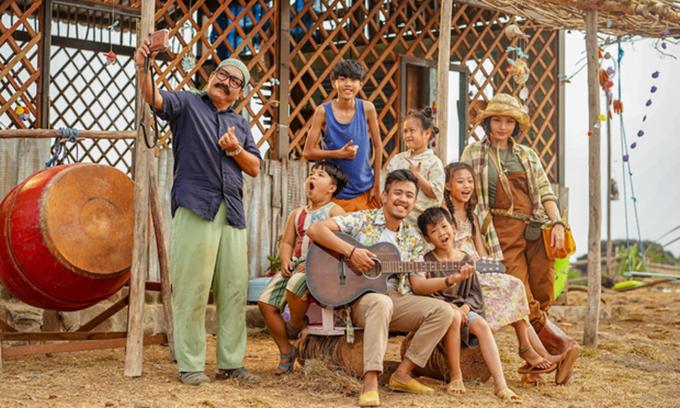 Từ trái qua: Đức Thịnh, Bảo Phúc, Duy Sinh, Huyme, Ngân Chi, Minh Chiến, Mai Cát Vi và Miu Lê trong một cảnh phim.