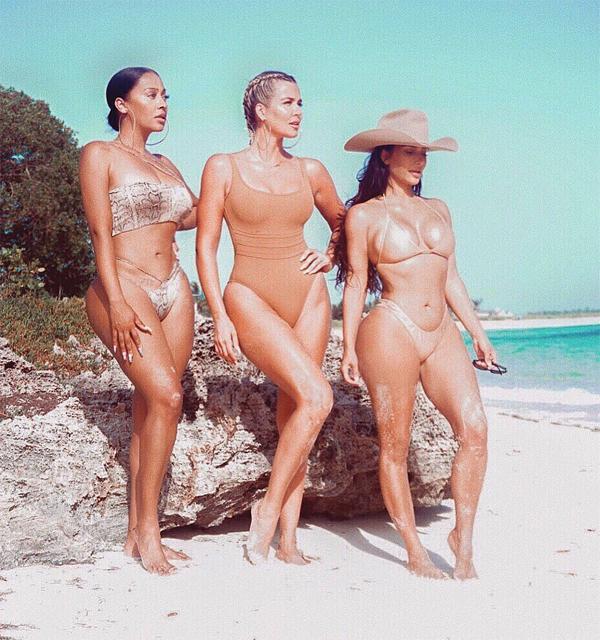 Kim, Khloe và cô bạn La La Anthony (bên phải) cùng khoe thân hình đồng hồ cát.