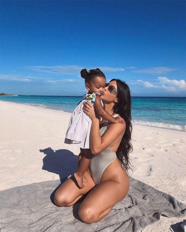 Kim vừa trải qua kỳ nghỉ ở hòn đảo nhiệt đới ở Caribbe cùng các con. Cô khoe loạt ảnh chụp cùng nhóc tỳ thứ ba Chicago, 2 tuổi rưỡi. Chicago, cô bé chào đời nhờ một người mang thai hộ, có gương mặt giống Kim nhất nhà. So với cô chị cả North West cá tính, Chicago dịu dàng hơn, thường được mẹ cho mặc đồ điệu như công chúa.