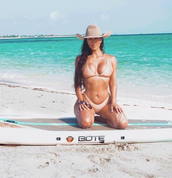Ngôi sao sinh năm 1980 gợi cảm trước biển xanh, cát trắng ở Bahamas.