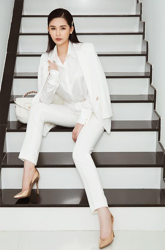 Cô tự tin với gu thẩm mỹ và khả năng chọn trang phục phù hợp với điều kiện tài chính, hoàn cảnh xuất hiện.