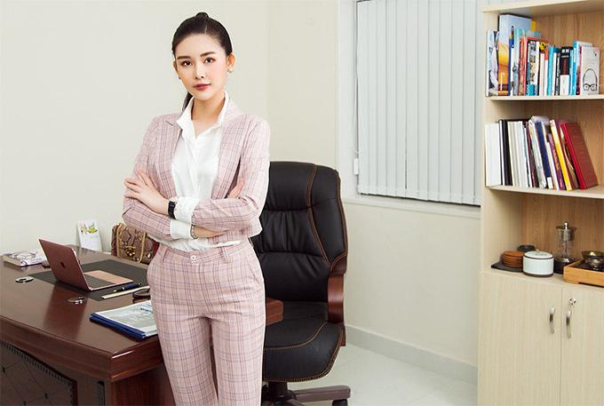[Caption Mỹ nhân sinh năm 1995 hiện nay là Quản lý phát triển dự án cho 1 công ty trong lĩnh vực Đầu tư và Tư vấn Tài chính ở TP.HCM. Bên cạnh đó, cô vẫn phải trau dồi thêm về tiếng Anh chuyên ngành.    Để trang bị thêm kiến thức cho công việc, Ngân Anh đang tham gia lớp học MC để hoàn thiện kỹ năng giao tiếp, thuyết trình, đàm phán, nắm bắt tâm lý đối tác vì công việc của cô chủ yếu là thuyết phục các nhà đầu tư và cũng để giúp cô tự tin hơn trong việc chinh phục các mục tiêu tiếp theo trên con đường sự nghiệp của mình.    Hình ảnh sắp tới mà Ngân Anh muốn hướng đến là một quý cô thành đạt song song với các hoạt động showbiz. Trong bộ ảnh mới vừa thực hiện, cô diện 7 kiểu trang phục của một cô nàng văn phòng đi làm trong tuần.
