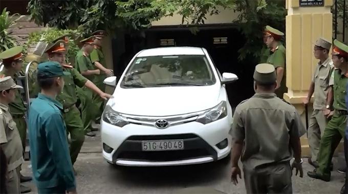 Ôtô vào tận hầm tòa án đón Nguyễn Hữu Linh.