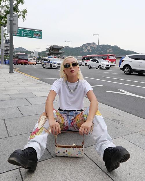 Quỳnh Anh Shyn tạo dáng ngầu trong chuyến du lịch Hàn Quốc.