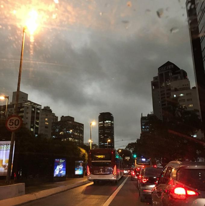 Trong một cuộc phỏng vấn với Folha De S. Paulo, nhà khí tượng học Franco Nadal Villela cho biết, hiện tượng tối sầm là do mặt trận lạnh từ phía đông của cuộc họp São Paulo với bụi mịn từ đám cháy ở Mato Grosso do Sul.