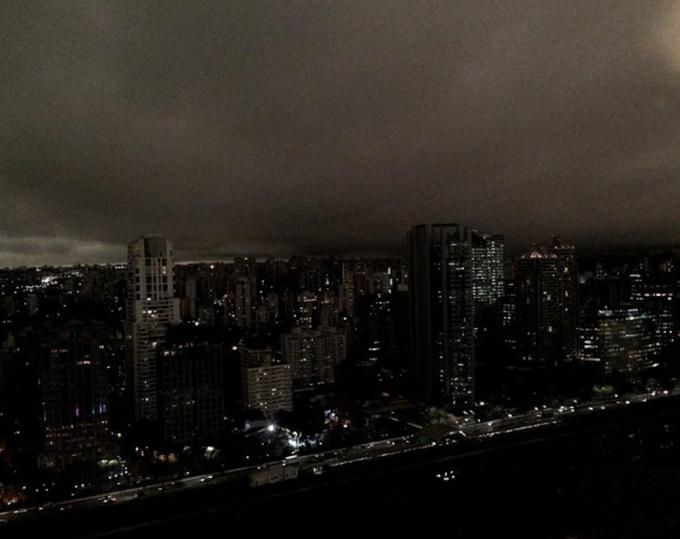 Một góc khác ở Sao Paolo, tình trạng còn tồi tệ hơn khi thậm chí, người dân và khách du lịch còn không nhìn rõ những đám mây chỉ chỉ thấy một màu đen bao phủ như ban đêm.